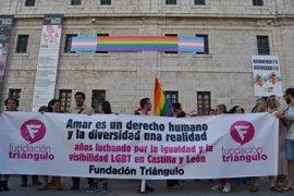 Un centenar de personas reclama en Valladolid respeto por los derechos LGBT