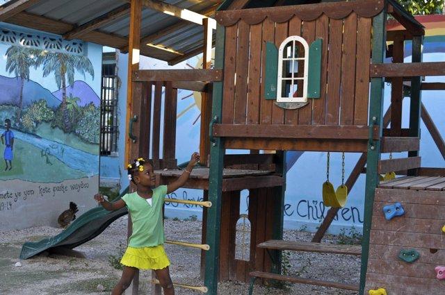 Una niña haitiana juega en un orfanato en Puerto Príncipe, Haití