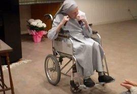 Una misionera española en Japón celebra sus 110 años tocando con castañuelas 'Que viva España'