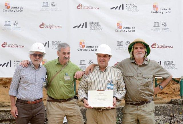 Burgos.- Alberto Velasco recibe el diploma que le acredita embajador