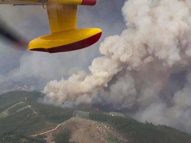 Hidroavión sobre uno incendio en Portugal