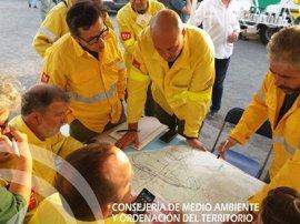 Hasta 550 efectivos y 21 medios aéreos trabajan en el incendio de Moguer que obliga a desalojar un asentamiento
