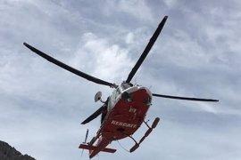 El helicóptero rescata a dos senderistas perdidos en Picos