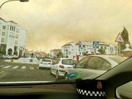 El incendio de Moguer provoca el corte de las dos carreteras de salida de Matalascañas