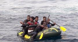 Trasladan al puerto de Tarifa (Cádiz) a cinco personas rescatadas de una patera en el Estrecho