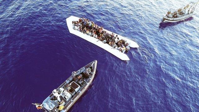 El buque 'Eithne' rescata a decenas de inmigrantes en el Mediterráneo