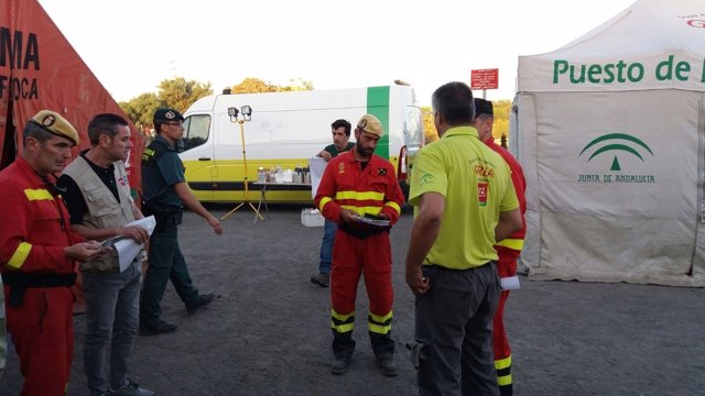 Efectivos en el puesto de mando avanzado en Mazagón (Moguer).