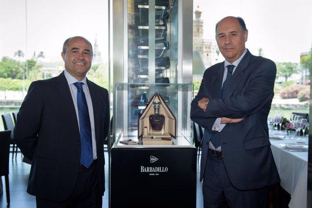 Antonio Martín y Víctor Vélez junto a la exclusiva botella.
