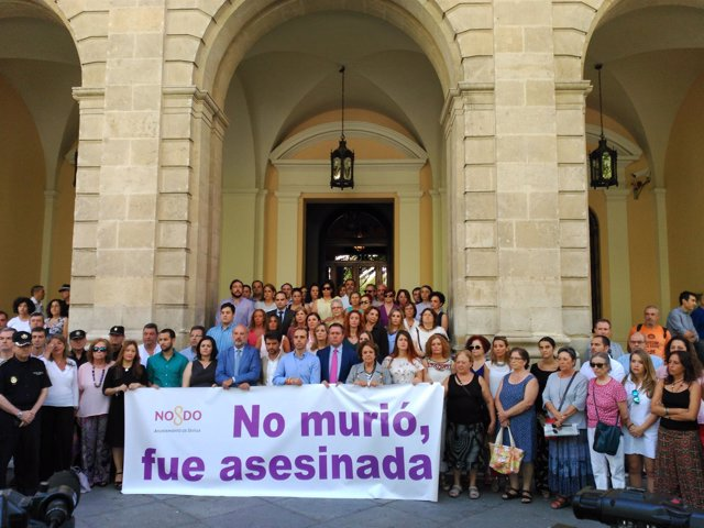 Minuto de silencio ante el Ayuntamiento de Sevilla