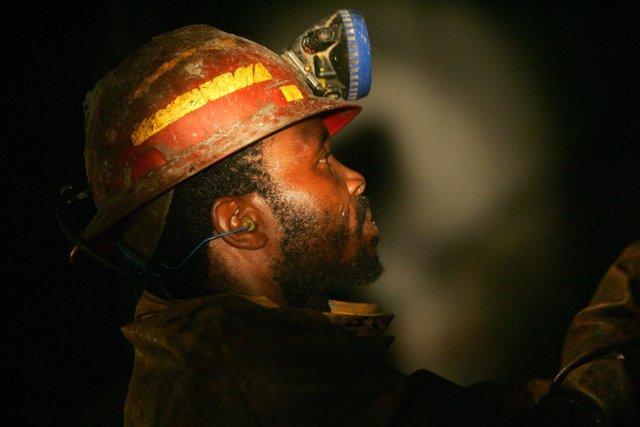 Un minero de un pozo de oro en Sudáfrica