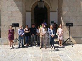 Vara y Elena Nevado guardan un minuto de silencio en Cáceres en recuerdo a las víctimas de violencia de género