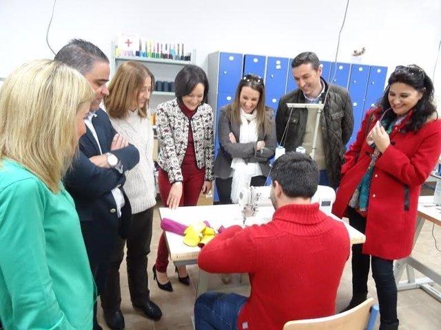 Rafi Crespín y Esther Ruiz (centro) visitan un centro educativo