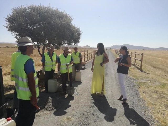 Pozuelo (dcha.) durante su visita a la vía verde de Fuente Obejuna