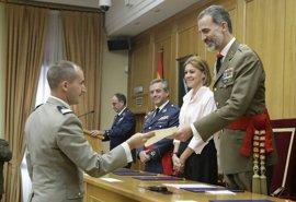"""El Rey destaca la importancia de la formación de los oficiales que dan """"prestigio"""" a las Fuerzas Armadas"""