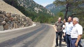 Soro visita la obra de contención del talud en la carretera entre Salinas y Plan