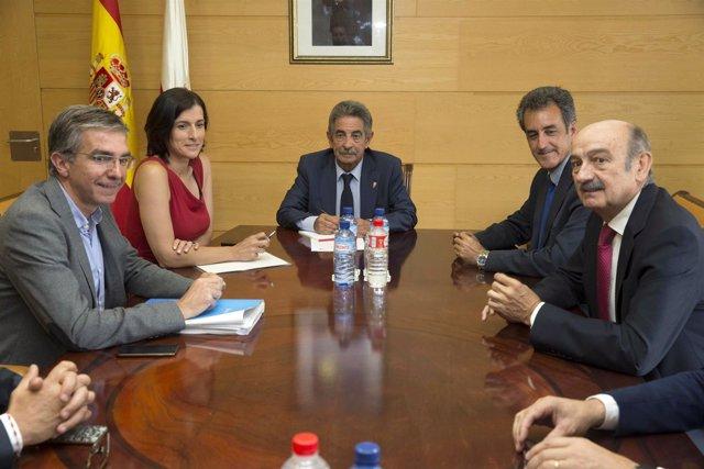 Reunión del presidente de Cantabria con la alcaldesa de Santander