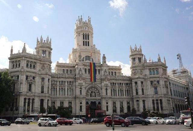 La bandera arcoíris ondea en el Palacio de Cibeles