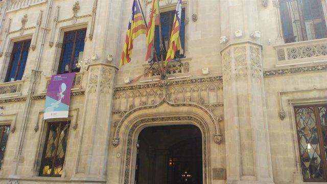 Fachada del edificio del Consell de Mallorca en la calle Palau Reial