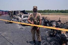 Aumentan a 157 los muertos por la explosión de un camión cisterna en Pakistán