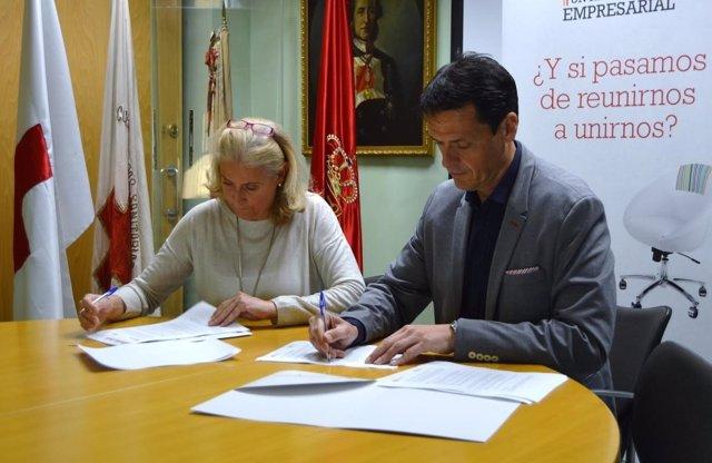 Firma del convenio de Cruz Roja y AEDIPE