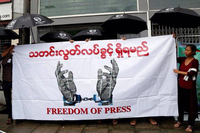 Periodistas sujetan una pancarta por la libertad de prensa