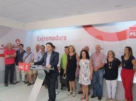 La precandidatura de Enrique Pérez defiende que el secretario general del PSOE extremeño no sea el candidato a la Junta