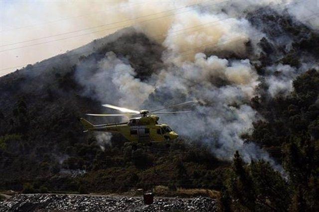 Un helicóptero participa en la extinción del incendio de O Barco