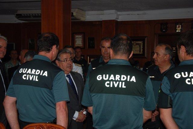 Zoido con agentes de la Guardia Civil en Algeciras