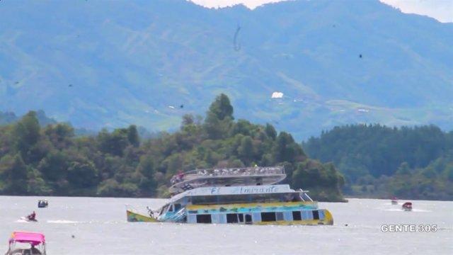 Hundimiento de una embarcación en Guatapé (Colombia)