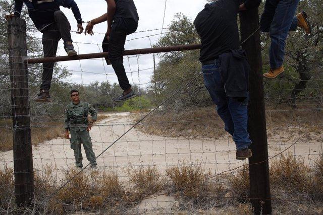 Mexicanos cruzan frontera EEUU