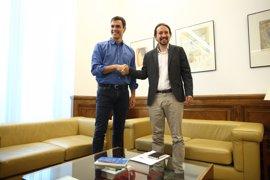 Pablo Iglesias regala a Pedro Sánchez la revista 'The New Left Review' que en España edita Podemos