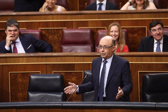 Cristóbal Montoro durante la sesión de control al Gobierno en el Congreso