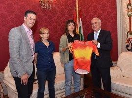 Ceniceros felicita a Sheyla Gutiérrez por ganar el campeonato de España en ruta