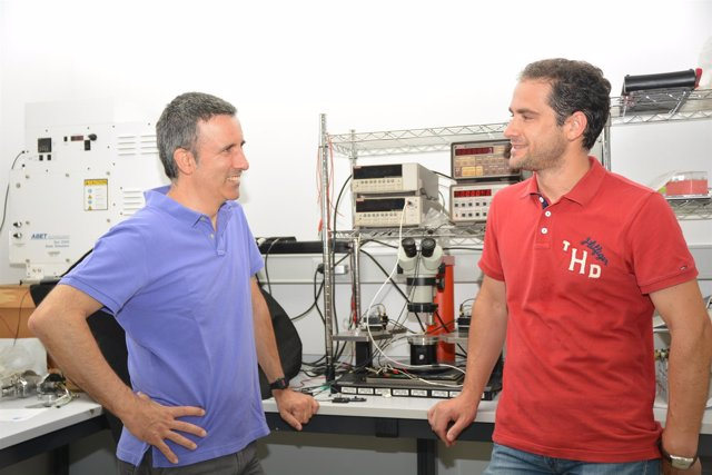 Antonio Urbina (izquierda) y Javier Prior, en un laboratorio