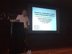 El professor Yochai Benkler defensa el paper de la tecnologia en l'economia i la societat (PROCOMUNS)