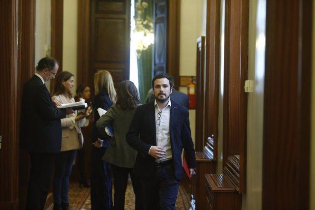 Alberto Garzón en los pasillos del Congreso