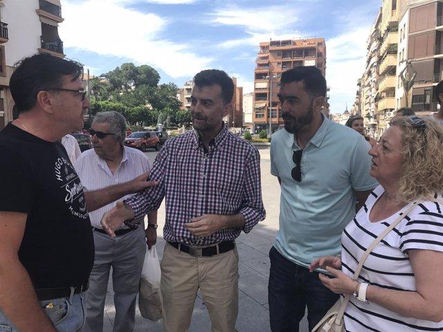 Antonio Maíllo (c), en su visita a Linares.
