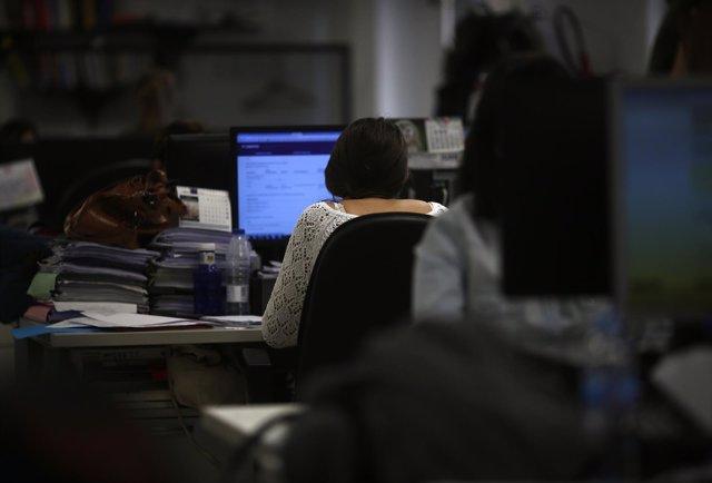 Gente trabajando, ordenador, ordenadores
