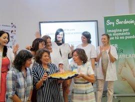 La consejera Broto se compromete a concertar plazas residenciales para personas sordociegas