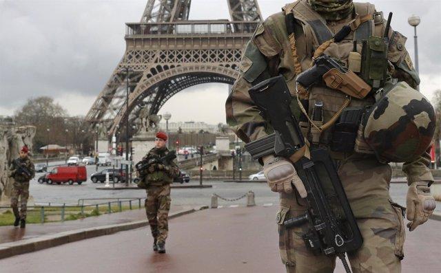 Militares junto a la Torre Eiffel