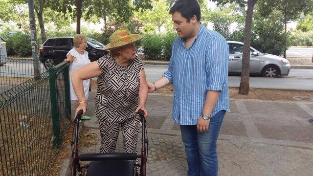 José Luis García en su visita al barrio de San Pablo.