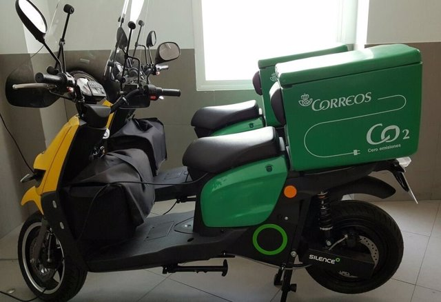 Nuevas motos eléctricas incorporadas a la flota de Correos de Andalucía.