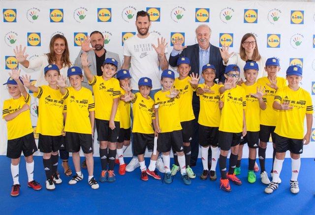 Rudy Fernández y Vicente Del Bosque con niños de la campaña 'Fórmula Desayuno'