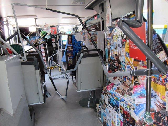 Interior de la exposición móvil 'El estado turístico' en un Bus Turístic