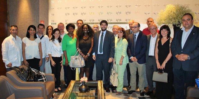 López Miras posa con la delegación cubana