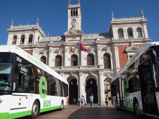 Autobuses de Auvasa, ante el Ayuntamiento de Valladolid