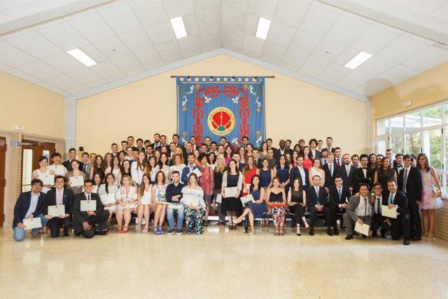 Los estudiantes de todos los másteres posan en una foto de grupo
