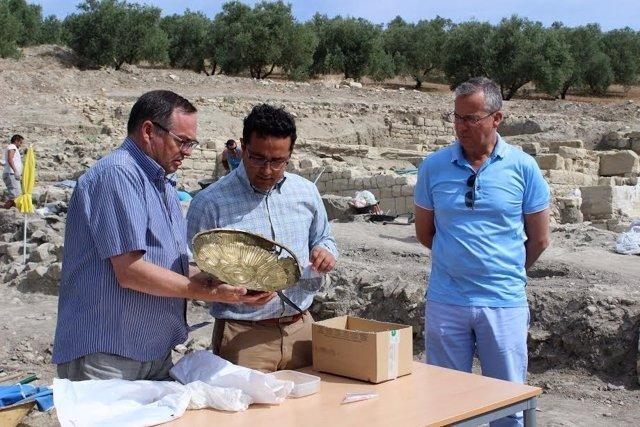 Rojano (centro) conoce una de las piezas encontradas