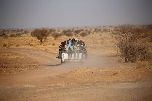 Inmigrantes cruzan el desierto en Agadez hacia Libia