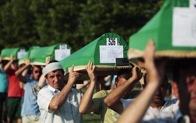 Imagen de archivo del funeral por las víctimas de Srebrenica